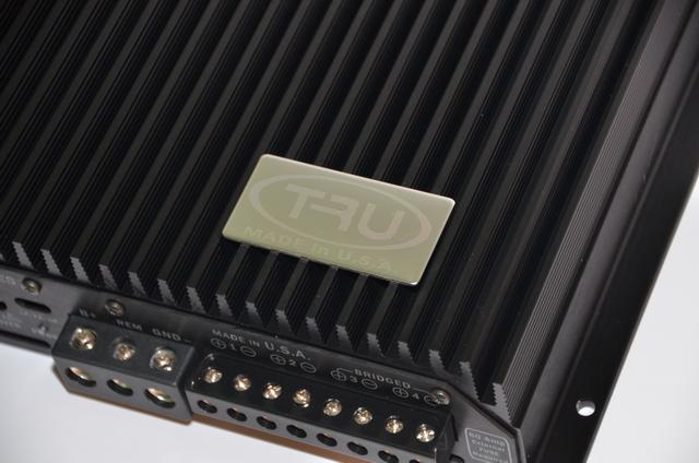 """测试一款功放,试听环节必不可少。本次测听的试听曲目用了三首人声歌曲:《花间梦》、《天才白痴梦》和《谁能明白我》。用来测试的T4的搭档是一套丹拿342三分频套装,用三分频试听,在细节上表现力上更容易将功放的各项指标表现出来。音源是先锋DEX-P01 CD主机,提供准确的音源。通过三首歌试听,T4声音出来""""稳""""是给小编第一最大印象,无论是人声,乐器,都恰到好处地表现不出来,入耳丝毫没有飘忽感,控制力出色。清晰度十分之高,细节丰富,声音表现有轮廓感,这是功放分辨力的表现。在林子祥的《谁能"""