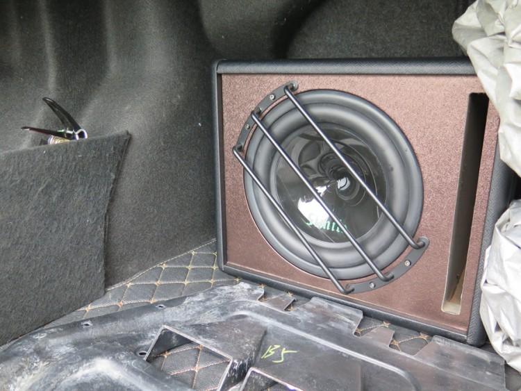 诗蔓SD-102低音炮在尾箱安装